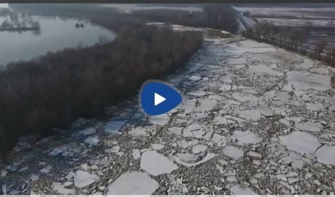 Félelmetes a Tiszán úszó jégtáblák látványa